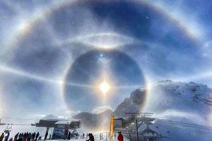 Khoảnh khắc hiếm gặp: Quầng băng 'lạ' sáng rực rỡ quanh Mặt Trời