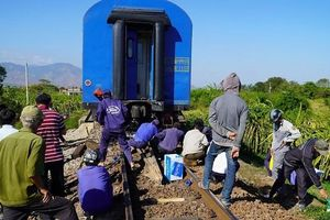 Tàu hỏa trật đường ray, đường sắt Bắc - Nam tê liệt ngày giáp Tết