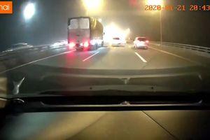 Xe bán tải vượt ẩu bị đâm ngang, lật nhào trên cao tốc