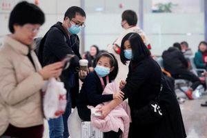 Lo ngại virus corona, phi hành đoàn Cathay đeo khẩu trang trên chuyến bay