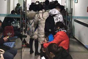 Quỳ gối xin chữa trị - bệnh viện Vũ Hán 'vỡ trận' vì virus corona