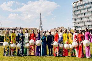 Một năm bận rộn quảng bá áo dài Việt