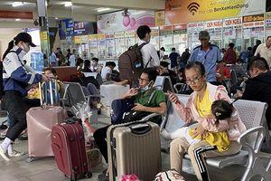 TP.HCM trước ngày 30 Tết: Bến xe hạ nhiệt, sân bay vẫn đông nghẹt khách
