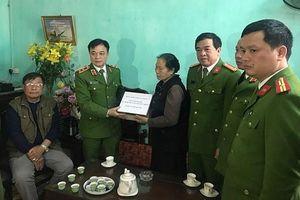 Trao gần 4 tỷ đồng cho thân nhân 3 liệt sĩ hy sinh tại Đồng Tâm