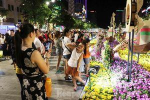 Người Sài Gòn chen chân thưởng ngoạn đường hoa Nguyễn Huệ ngày đầu khai trương