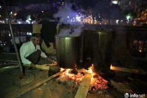 Thức thâu đêm nấu bánh chưng, người Hà Nội quay về không khí Tết xưa