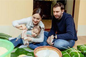 Con gái Lan Phương thích thú cùng bố mẹ gói bánh chưng ngày Tết