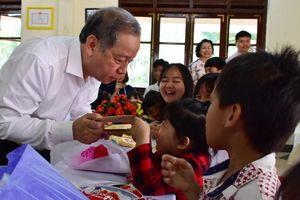 Thừa Thiên - Huế: Tặng quà mừng tuổi trẻ em Làng SOS Huế