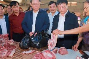 Hình ảnh Phó Thủ tướng Vương Đình Huệ đi chợ Tết