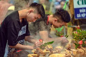 Dân thủ đô xếp hàng sắm đồ cúng 30 Tết tại chợ Hàng Bè từ mờ sáng