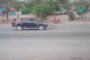 Bị ô tô tông văng 6m, bé gái 5 tuổi tự đứng dậy, thoát chết thần kỳ