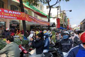 Nghìn nghịt người chen chân ở chợ hoa lớn nhất Sài Gòn ngày cuối năm