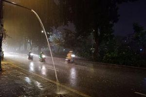 Mưa to, gió lớn sầm sập ở Hà Nội chiều 30 Tết