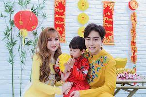 Thu Thủy và chồng trẻ kém 10 tuổi diện áo dài rực rỡ đón Tết ở Đà Lạt