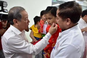 Chủ tịch Thừa Thiên-Huế chúc tết người nghèo, lì xì trẻ em mắc bệnh hiểm nghèo