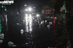 Đêm Giao thừa mưa như trút nước, các nữ lao công lại gồng mình dọn rác