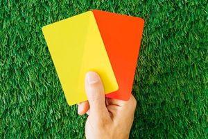 Cầu thủ nhận 3 thẻ liên tiếp ở bóng đá Anh