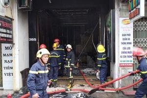 Tiệm áo cưới bốc cháy ngày mùng 1 Tết, 2 người thoát nạn