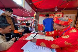 Người dân Hà Nội hồ hởi xin chữ đầu năm
