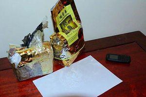 Bình Phước: Tạm giữ hai đối tượng ngụy trang gần 1kg ma túy đá trong gói trà