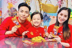 Kubi nhà Khánh Thi được bố mẹ dạy cách nhận lì xì cực khéo, nhưng câu chúc Tết khiến Phan Hiển cũng sửng sốt 'Sao con khôn quá vậy?'