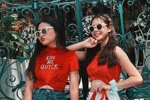 Phương Mỹ Chi mặc crop top hở eo đi chơi Tết