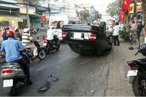 Tài xế hoa mắt, xe Mercedes lao vào dải phân cách phơi bụng giữa đường
