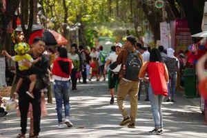 Mùng 3 Tết, người dân TP HCM tấp nập vào công viên tránh nóng
