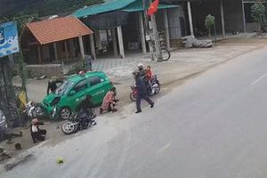 Tài xế taxi ngủ gật tông trực diện vào đoàn người đi chúc Tết khiến 9 người bị thương