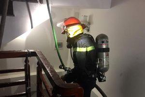 Nghệ An: Giải cứu thành công cụ bà 80 tuổi mắc kẹt trong căn nhà 2 tầng bị cháy