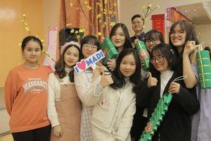 Sinh viên Việt Nam ở Nga gói bánh chưng đón Tết cổ truyền