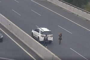 Phạt 7 triệu đồng nữ tài xế đỗ xe chụp ảnh trên cao tốc