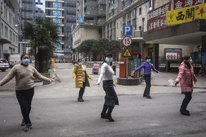 Thêm dầu - tiếng đồng thanh trong đêm khắp các khu nhà cao tầng Vũ Hán