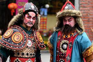Hai 'tướng giặc' thu hút sự chú ý của người dân ở hội gò Đống Đa