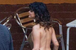 Selena Gomez khoe lưng trần quyến rũ