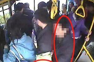 Phát hiện kẻ móc túi trên xe bus, cậu bé 7 tuổi có cách đánh động thông minh giúp mẹ không bị rạch túi