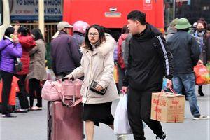 Hàng nghìn người dân đồ đạc lỉnh kỉnh trở lại Thủ đô sau kỳ nghỉ Tết Canh Tý