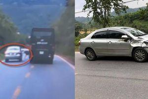 Clip ô tô cố vượt xe khách trên dốc, móp đầu và dính phân vì tông bò lạc