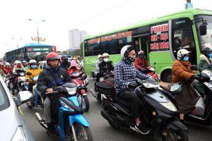 Người dân đổ về Thủ đô Hà Nội sau kỳ nghỉ Tết Nguyên đán
