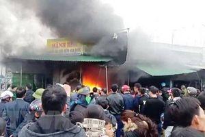 Cháy lớn ở chợ Phủ Diễn, 7 ki ốt bị thiêu rụi