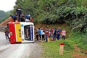 Thái Nguyên: Xe buýt 'phơi bụng' trên QL3C, 4 người bị thương