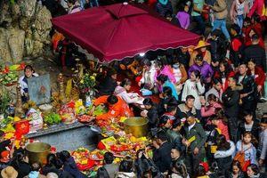 Hàng vạn du khách ùn ùn đổ về Chùa Hương trước giờ khai hội