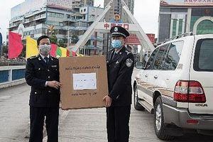 Hải quan Lào Cai tặng hàng chục nghìn khẩu trang giúp Trung Quốc chống dịch