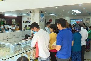 Tiệm vàng, quán cá lóc nướng tấp nập người mua trong ngày vía Thần Tài