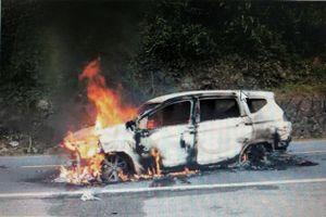 Quảng Nam: Ô tô bốc cháy sau tiếng nổ lớn, 2 người tử vong