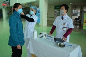 Bệnh viện đa khoa tỉnh Yên Bái kiểm tra thân nhiệt người ra vào bệnh viện
