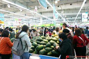 Phòng chống dịch nCoV, người dân tích cực mua hàng trong siêu thị