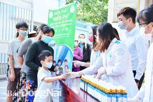 Tặng 1.000 chai dung dịch sát khuẩn cho người dân