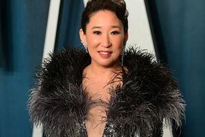 'Niềm tự hào châu Á' Sandra Oh tỏa sáng với đầm Nguyễn Công Trí ở tiệc hậu Oscar