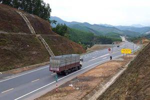Cận cảnh ô tô, xe máy chạy 'chui' trên đường La Sơn - Hòa Liên